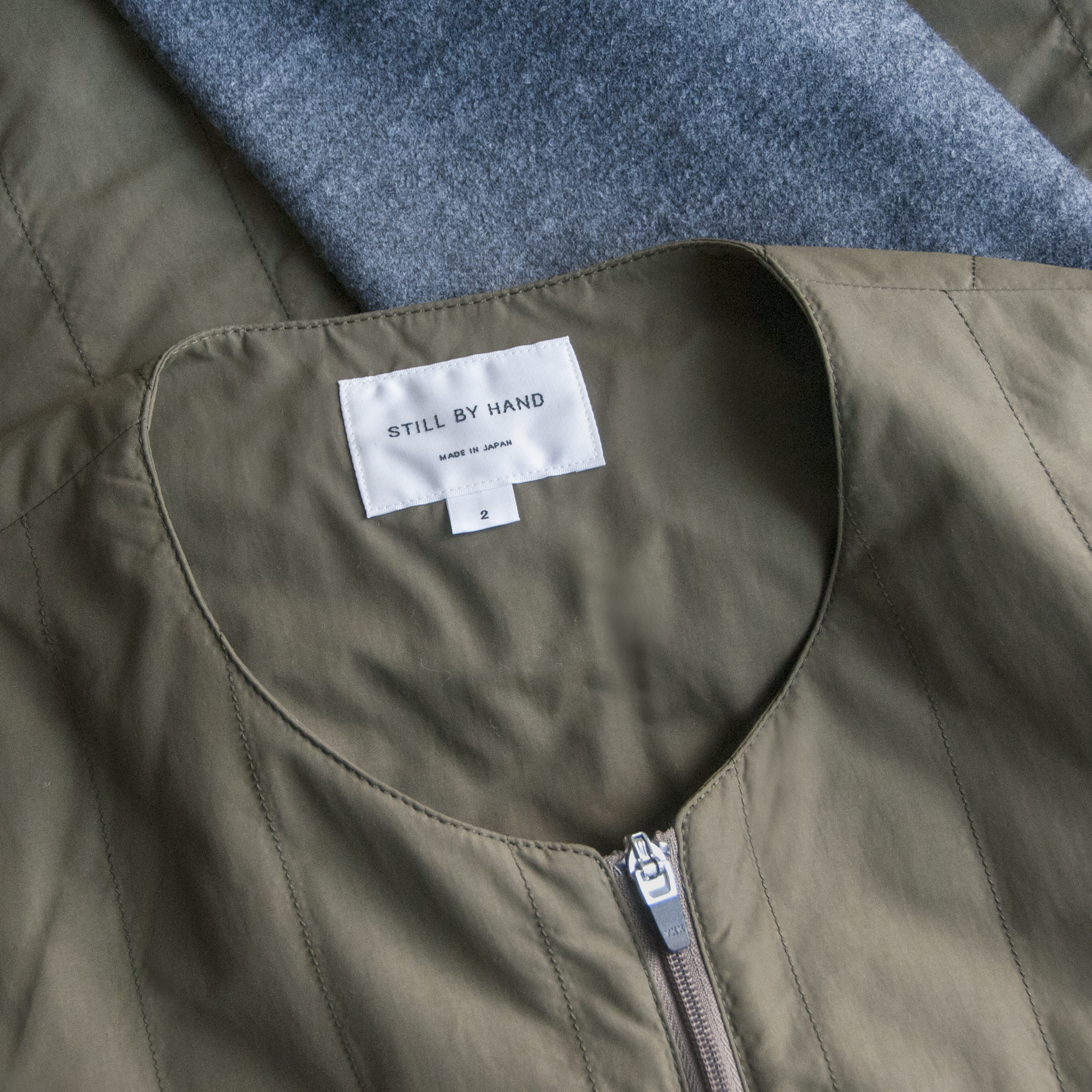 still-by-hand-round-neck-blouson-olive-3